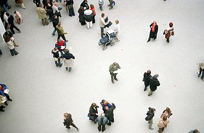 Menschen in der Pinakothek - p2120080 von Edith M. Balk