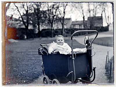 Vintage photograph, girl in buggy - p265m1487130 by Oote Boe