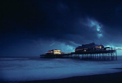 Brighton: Pier bei Nacht und Gewitterwoken - p2686347 von James Wadey