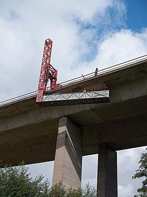 Kontrolle und Wartungsarbeiten an einer Autobahnbrücke - p390m2013424 von Frank Herfort
