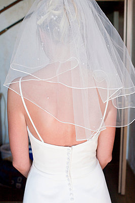 Bride in white wedding dress and white veil, seen from behind, wedding   - p8478053 by Johan Strindberg