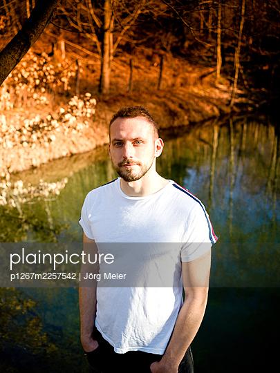 Man on the lake, portrait - p1267m2257542 by Jörg Meier