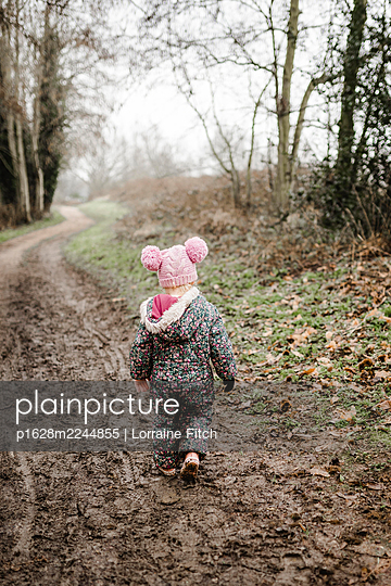 Little girl walking a path in the woods - p1628m2244855 by Lorraine Fitch