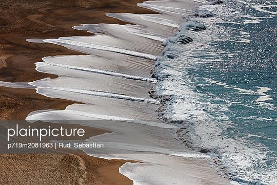 Fächermuster durch die Brandung am Strand von Nazaré - p719m2081963 von Rudi Sebastian