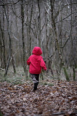 Little boy in a red coat - p1228m1511365 by Benjamin Harte