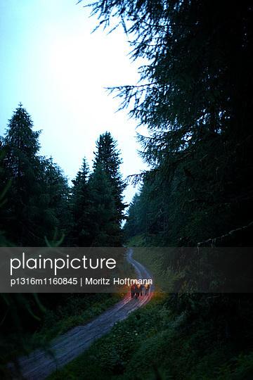 Fackelwanderung, Alm oberhalb von Sölden, Tirol, Österreich - p1316m1160845 von Moritz Hoffmann