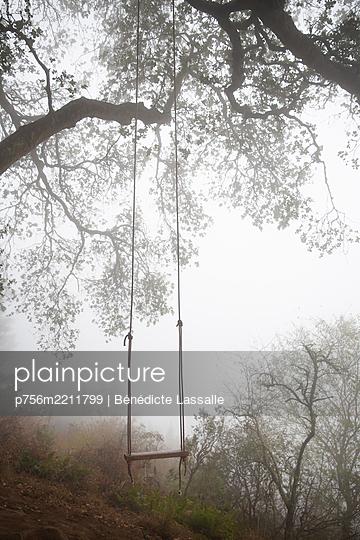 Deserted swing in the fog, California - p756m2211799 by Bénédicte Lassalle