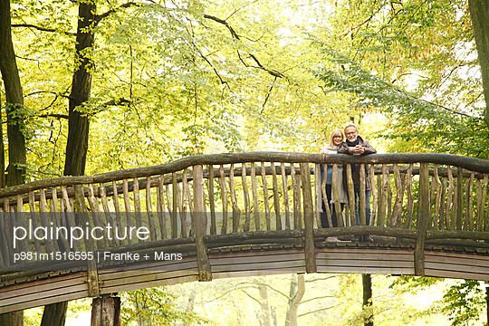 Spätsommer im Park - p981m1516595 von Franke + Mans