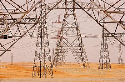 Strommasten in der Wüste, Abu Dhabi, Vereinigte Arabische Emirate - p1316m1160665 von Harald Eisenberger