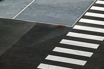 Zebrastreifen und Parkplätze - p3880841 von L.B.Jeffries