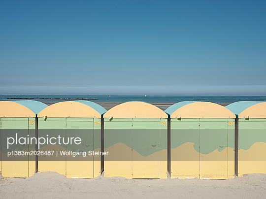 Bunte Strandhäuschen - p1383m2026487 von Wolfgang Steiner