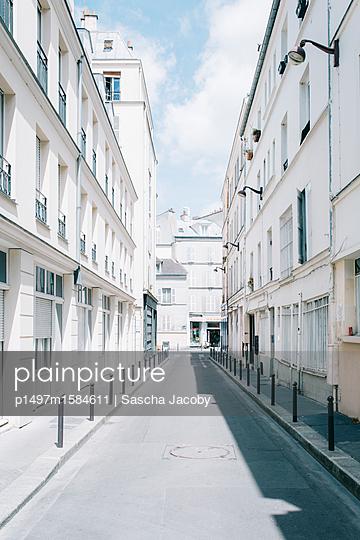 Weiße Straße in Paris im Sommer - p1497m1584611 von Sascha Jacoby