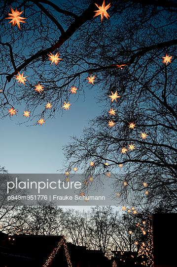Lichterkette - p949m951776 von Frauke Schumann