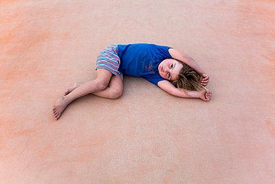 Kind liegt - p1308m1143902 von felice douglas