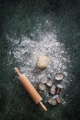Baking still life - p1323m2145217 von Sarah Toure