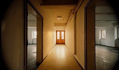 Zwei Räume, die durch einen beleuchteten Gang getrennt sind - p4902278 von Andreas Körner
