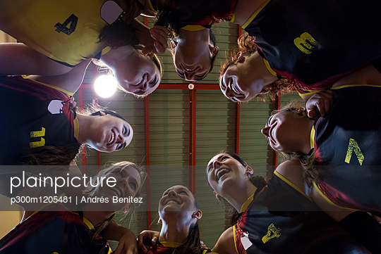 Happy female volleyball team huddling - p300m1205481 by Andrés Benitez