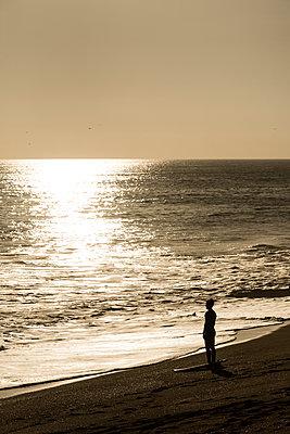 Surfer steht am Strand - p1094m2057269 von Patrick Strattner