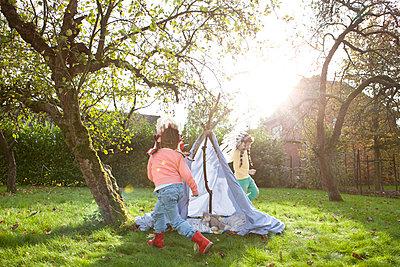 Kinder spielen Fangen - p1156m960682 von miep