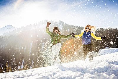 Carefree couple running through the snow, Achenkirch, Austria - p300m2206561 by Studio 27