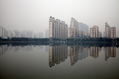 Skyline across the park lake in Thames Town, Songjiang New City, Shanghai China - p855m908791 by Ryan Koopmans