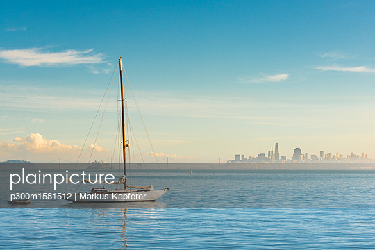 USA, California, San Francisco, Sailing boat and skyline - p300m1581512 von Markus Kapferer