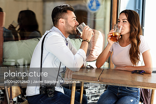 Couple having a drink at an outdoor bar in the city - p300m2012643 von Javier Sánchez Mingorance