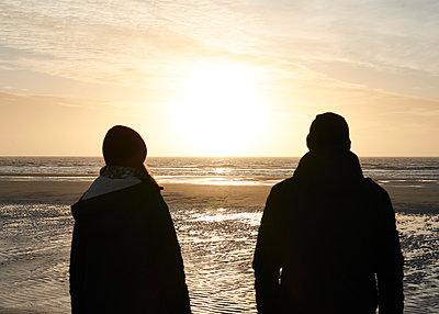 Paar am Strand - p1124m1223276 von Willing-Holtz
