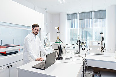 Scientist using computer in laboratory of technology center - p300m2159872 by Hernandez and Sorokina