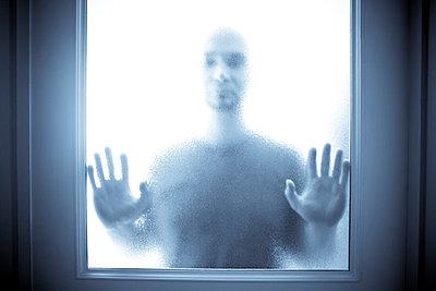 Mann hinter Glas - p5350092 von Michelle Gibson
