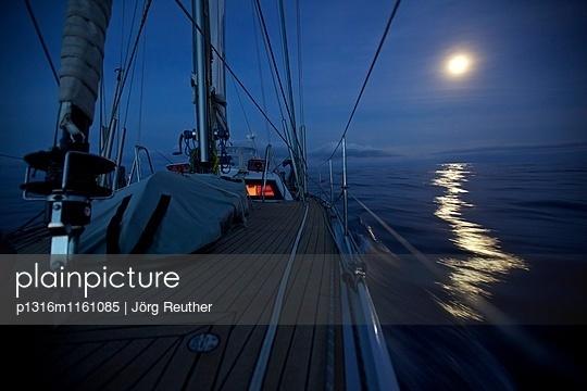 Segelyacht mit Nachtbeleuchtung bei Vollmond während Atlantiküberquerung, Atlantik, Segeln - p1316m1161085 von Jörg Reuther