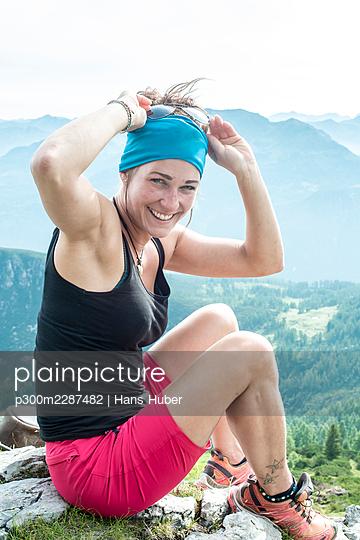 Junge Frau beim Almwandern, Altenmarkt-zauchensee, Salzburgerland, Österreich - p300m2287482 von Hans Huber