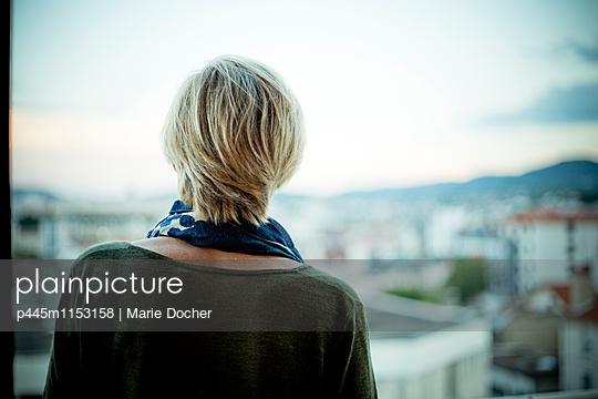 Woman on a balcony - p445m1153158 by Marie Docher