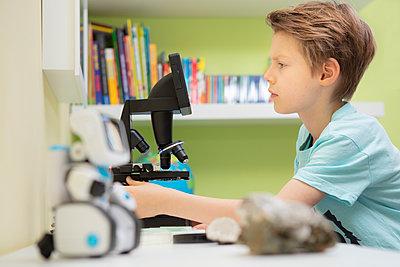 Junge forsxcht am Mikroskop - p105m2064083 von André Schuster