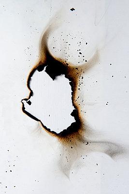 Verbranntes Papier - p451m1564529 von Anja Weber-Decker