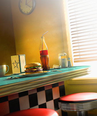Burger and soda on diner counter - p555m1459338 by Chris Clor