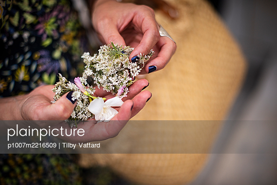 Holding flowers to throw at a wedding - p1007m2216509 by Tilby Vattard