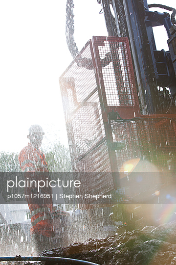 Bauarbeiter neben einer Baumaschine - p1057m1216951 von Stephen Shepherd