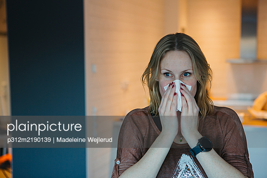View of woman sneezing - p312m2190139 by Madeleine Wejlerud