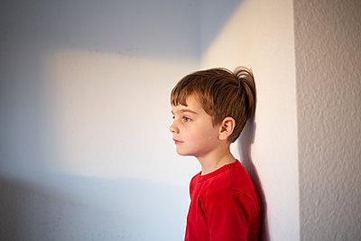 Profilportrait eines Jungen - p1308m2280043 von felice douglas