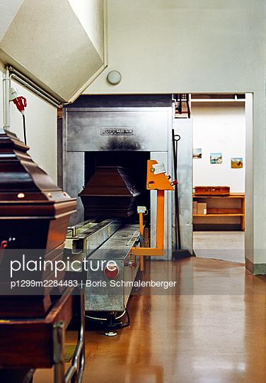 Crematorium, oven, technology - p1299m2284483 by Boris Schmalenberger
