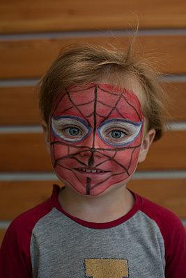 Junge mit Kinderschminke - p1308m2126708 von felice douglas