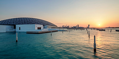 Louvre Museum at sunset, Abu Dhabi, United Arab Emirates - p651m2032716 by Karol Kozlowski photography
