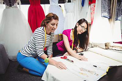 Female fashion designer working together - p1315m1199734 by Wavebreak