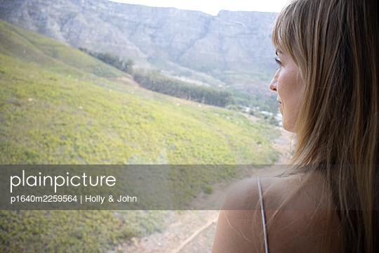 Blick aus dem Fenster auf eine Gebirgskette - p1640m2259564 von Holly & John