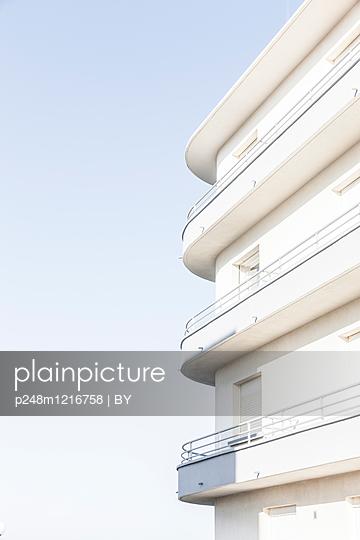 Weiße Hausfassade - p248m1216758 von BY