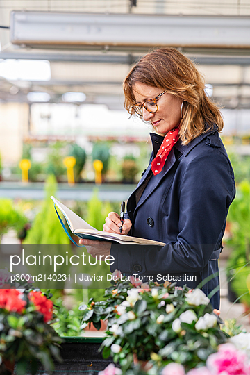 Female manager working in a plant nursery - p300m2140231 by Javier De La Torre Sebastian
