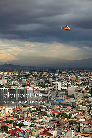 High angle view of cityscape against cloudy sky - p301m1029354f by Marc Volk