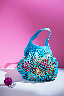 Bag with christmas decoration - p1149m2126919 by Yvonne Röder