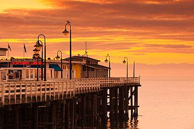USA, California, Central Coast, Santa Cruz, Municipal Wharf, dawn - p651m861041 by Walter Bibikow